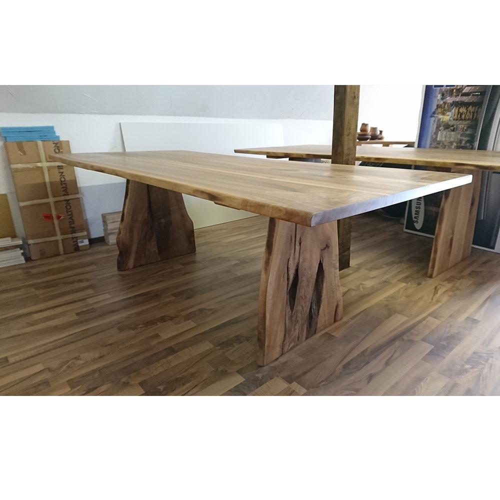 schweizer nussbaum massivholztisch mit naturbelassenen. Black Bedroom Furniture Sets. Home Design Ideas